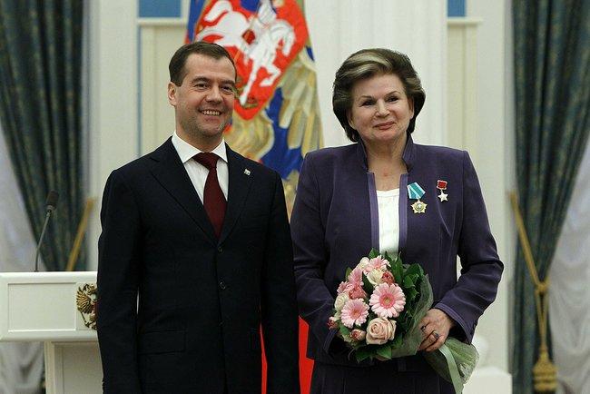 Дмитрий Медведев наградил Валентину Терешкову Орденом Дружбы 12 апреля 2011 года. Фото: kremlin.ru